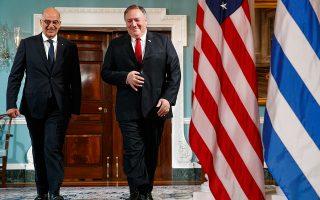 Στιγμιότυπο από την επίσκεψη του Νίκου Δένδια, τον Ιούλιο, στις ΗΠΑ, όπου είχε συναντηθεί με τον Μάικ Πομπέο. Την ερχόμενη Παρασκευή, ο Αμερικανός υπουργός Εξωτερικών έρχεται στην Αθήνα για να υπογράψει με τον Ελληνα ομόλογό του τη νέα συμφωνία αμοιβαίας αμυντικής συνεργασίας Ελλάδας - ΗΠΑ. A.P. PHOTO/JACQUELYN MARTIN