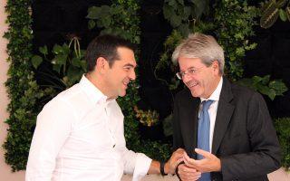 Ο πρόεδρος του ΣΥΡΙΖΑ, Αλέξης Τσίπρας συνομιλεί με τον πρωθυπουργό της Ιταλίας Paolo Gentiloni κατά τη διάρκεια της συνάντησής τους χθες στη Ρώμη.