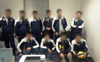 Οι δέκα συλληφθέντες, υπήκοοι Συρίας, φορούσαν όλοι την ίδια αθλητική εμφάνιση ώστε να μοιάζουν με ομάδα, είχαν τα ίδια αθλητικά σακίδια, ενώ κρατούσαν στα χέρια τους μπάλες.