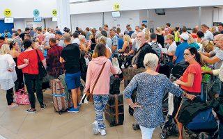«Εγκλωβισμένοι» τουρίστες στην Κέρκυρα, μετά την κατάρρευση του τουριστικού ομίλου Thomas Cook, αναμένουν την αναχώρησή τους.  Το κόστος για τους Ελληνες ξενοδόχους είναι πολύ μεγάλο, καθώς ανέρχεται σε τουλάχιστον 200 εκατ. ευρώ, ενώ, σύμφωνα με εκτιμήσεις, δεν αποκλείεται να ξεπεράσει τα 400 εκατ. Αργά χθες πραγματοποιήθηκε σύσκεψη στο υπουργείο Οικονομικών για την αντιμετώπιση των συνεπειών της πτώχευσης και την επίλυση προβλημάτων τα οποία αφορούν τους τουρίστες που βρίσκονται στην Ελλάδα.