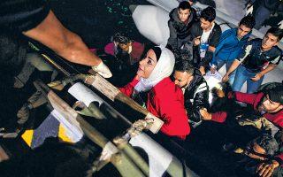 Ομάδα προσφύγων και μεταναστών από τη Συρία, το Ιράκ, την Παλαιστίνη και το Ιράν επιβιβάζονται σε σκάφος του Λιμενικού στα ανοιχτά της Σάμου, χθες τα ξημερώματα. Συνολικά το Λιμενικό περισυνέλεξε χθες από τη θάλασσα 208 αλλοδαπούς, ενώ άλλοι 390 εντοπίσθηκαν στη στεριά.