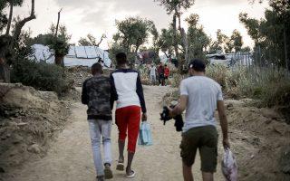 «Γενικά οι χώρες αυτές (όπως Αφγανιστάν, Πακιστάν, Μπανγκλαντές κ.ά.) προτιμούν να έχουν έναν παράνομο μετανάστη στο εξωτερικό που να στέλνει εμβάσματα, παρά έναν ακόμη άνεργο, και έτσι δεν είναι πάντα πρόθυμες να διευκολύνουν τον επαναπατρισμό των νέων τους», είπε στην «Κ» Ευρωπαίος διπλωμάτης (φωτ. από τη Μόρια).