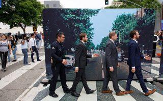 Κι ένας αστυνομικός μεταξύ αυτών που προσπαθούν  να αναπαραστήσουν το εμβληματικό εξώφυλλο του άλμπουμ των Μπιτλς «Abbey Road», στο Χόλιγουντ,  επ' ευκαιρία επετειακής εκδήλωσης για τα πενήντα χρόνια από την κυκλοφορία. Το «Abbey Road» είναι στην πραγματικότητα το τελευταίο άλμπουμ που ηχογράφησε ολόκληρο το συγκρότημα στις 26 Σεπτεμβρίου 1969. Αμέσως κατέκτησε την πρώτη θέση στη λίστα  με τα δημοφιλέστερα άλμπουμ σε Βρετανία και ΗΠΑ, γνωρίζοντας τεράστια εμπορική επιτυχία.