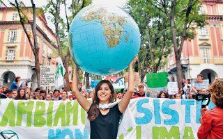 Ο πλανήτης στους ώμους της νέας γενιάς. Μία από τις χιλιάδες διαδηλώσεις που έγιναν χθες κατά της κλιματικής αλλαγής σε όλο τον κόσμο από το κίνημα Fridays For Future, εν προκειμένω στο Τορίνο της Ιταλίας. Οι νέοι έχουν αντιληφθεί πολύ καλύτερα από τους μεγαλύτερους τον επείγοντα χαρακτήρα της κλιματικής κρίσης και, για τον λόγο αυτό, το τέλος των διαδηλώσεων δεν διαγράφεται στον ορίζοντα.