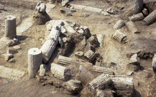 Το περιστύλιο του δημόσιου αρχείου της Πέλλας στο νοστιοδυτικό τμήμα της Αγοράς (φωτογραφίες: Αρχαιολογικό Μουσείο Πέλλας)