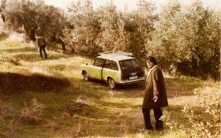 Ο Λαυρέντης Μαχαιρίτσας μπροστά στο πρώτο του αυτοκίνητο. Στο βάθος διακρίνεται ο αδελφός του.