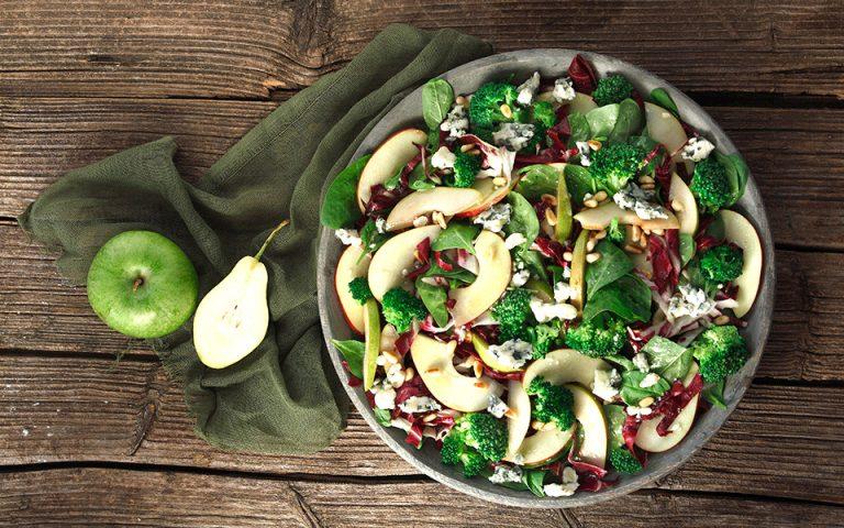 Σαλάτα με φρούτα, μπρόκολο και σάλτσα ροκφόρ