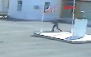 Στιγμιιότυπο από κάμερα ασφαλείας την ώρα που ο 16χρονος κατεβάζει την τουρκική σημαία (πηγή: 24newscy)