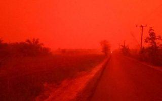 Σκηνικό... Άρη στην Ινδονησία, απόρροια της πυκνής ομίχλης από τις μεγάλες πυρκαγιές που μαίνονται στη χώρα. EKA WULANDARI/FACEBOOK