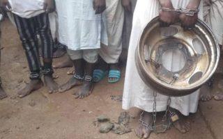 Ορισμένοι από τους έγκλειστους στο «ισλαμικό σχολείο» βρέθηκαν δεμένοι με αλυσίδες στα πόδια. NIGERIAN POLICE