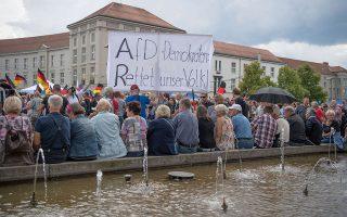 Οπαδοί της Εναλλακτικής για τη Γερμανία, κόμματος που καρπώνεται μεγάλο μέρος των ψήφων διαμαρτυρίας, σε συγκέντρωση στην πόλη Κότμπους της ανατολικής Γερμανίας. «Δημοκράτες της AfD, σώστε τον λαό μας!» λέει το πανό.