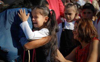 Το πρώτο κουδούνι. Με κλάματα και αναφιλητά ξεκίνησε η σχολική χρονιά για την μικρή από το σχολείο Ferdinand στο Βουκουρέστι που ψάχνει με παράπονο να ξαναχωθεί στην αγκαλιά της μαμάς της. (AP Photo/Vadim Ghirda)