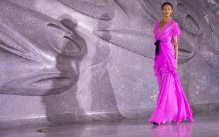 Κοντράστ. Εντονο φούξια σε γκρίζο φόντο για την επίδειξη μόδας του γεννημένου στην Ινδία Naeem Khan στο πλαίσιο της εβδομάδας μόδας της Νέας Υόρκης.  (AP Photo/Mary Altaffer)
