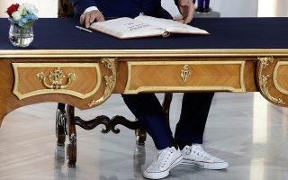 Τι στιλ! Είναι γνωστός για τις ακραίες επιλογές του στο ντύσιμο. Κορυφαία εμφάνιση  υπήρξε η βερμούδα με λεπτές κάλτσες μέχρι την μέση της γάμπας, δετό παπούτσι, σακάκι και γραβάτα την ημέρα των εκλογών στην Αλβανία. Αλλά και στην Σύνοδο των Δυτικών Βαλκανίων στην Πράγα ο Εντι Ράμα μαγνήτισε το φακό. Κρίμα που δεν φαίνονται τα ντεσέν στην γραβάτα. (AP Photo/Petr David Josek)