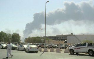 Καπνός αναδύεται από μία από τις δύο πετρελαϊκές εγκαταστάσεις στη Σαουδική Αραβία, που χτυπήθηκαν από μη επανδρωμένα αεροσκάφη το Σάββατο. (Al-Arabiya via AP)