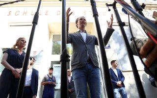 O πρώην Αυστριακός καγκελάριος Σεμπάστιαν Κουρτς μιλάει στις κάμερες μετά την κατάθεση της ψήφου του. (AP Photo/Matthias Schrader)