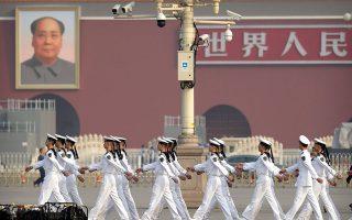 Δόκιμοι του πολεμικού ναυτικού της Κίνας παρελαύνουν στην Πλατεία Τιενανμέν για την «Ημέρα του Μάρτυρα» και ενόψει της μεγάλης στρατιωτικής παρέλασης για την 70η επέτειο από την ίδρυση της Λαϊκής Δημοκρατίας της Κίνας. ASSOCIATED PRESS/MARK SCHIEFELBEIN