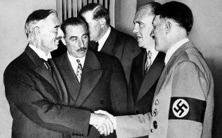 Η βρετανική «πολιτική του κατευνασμού» απέναντι στις πολεμοχαρείς και επεκτατικές διαθέσεις του Τρίτου Ράιχ γίνεται πράξη, με τη Βρετανία και τη Γαλλία να υπογράφουν με τη Γερμανία τη «Συμφωνία του Μονάχου», επιτρέποντας στην τελευταία, ερήμην της τσεχοσλοβάκικης κυβέρνησης, να προσαρτήσει την περιοχή της Σουδητίας από την Τσεχοσλοβακία, ο πληθυσμός της οποίας ήταν κατά βάση γερμανικός, το 1938. ASSOCIATED PRESS
