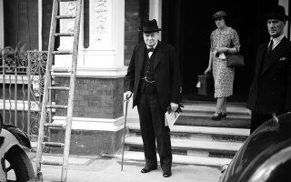 Ο Ουίνστον Τσόρτσιλ εισέρχεται στον Β' Παγκόσμιο Πόλεμο ως πρώτος λόρδος του Ναυαρχείου (επικεφαλής του Βασιλικού Πολεμικού Ναυτικού της Βρετανίας), θέση που έλαβε την ημέρα της κήρυξης του πολέμου κατά της Γερμανίας, και στην οποία θα παραμείνει μέχρι τον Μάιο του 1940, όταν και θα αναλάβει την πρωθυπουργία του Ηνωμένου Βασιλείου. Εδώ, εξέρχεται της οικίας του στο Λονδίνο, την επομένη της κήρυξης του πολέμου κατά του Τρίτου Ράιχ, το 1939. ASSOCIATED PRESS