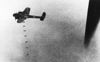 Ο λαός του Λονδίνου και άλλων βρετανικών πόλεων βρίσκεται εδώ και δύο ημέρες αντιμέτωπος με την εκστρατεία βομβαρδισμών της γερμανικής πολεμικής αεροπορίας, η οποία έμεινε ευρέως γνωστή ως «The Blitz», μετά την απόφαση του Αδόλφου Χίτλερ να μετατρέψει τη Μάχη της Αγγλίας από σύγκρουση συμβατικού χαρακτήρα σε «μάχη εκμηδένισης» του αντιπάλου, διατάζοντας ευρείες βομβαρδιστικές επιχειρήσεις εναντίον αστικών κέντρων και βιομηχανικών εγκαταστάσεων της Αγγλίας, το 1940. Εδώ, βομβαρδιστικό της Λουφτβάφε πλήττει κάποιον βρετανικό στόχο στις 9 Σεπτεμβρίου, σε άγνωστη τοποθεσία του Ηνωμένου Βασιλείου. (AP Photo)