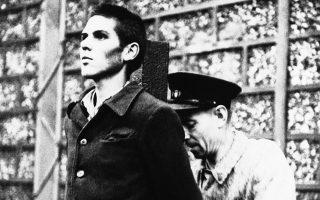 Ένα νεαρό μέλος της Γαλλικής Πολιτοφυλακής (Milice Française), της ένοπλης παραστρατιωτικής οργάνωσης που ίδρυσε το φιλογερμανικό καθεστώς του Βισύ το 1943 για την αντιμετώπιση του διαρκώς διογκούμενου αντιστασιακού κινήματος στην ύπαιθρο και τις πόλεις, βρίσκεται ενώπιον του εκτελεστικού αποσπάσματος μαζί με πέντε ακόμη νεαρούς δωσίλογους, λίγες μόλις ημέρες μετά την απελευθέρωση της Γαλλίας, σε μία πλατεία της Γκρενόμπλ, το 1944. ASSOCIATED PRESS