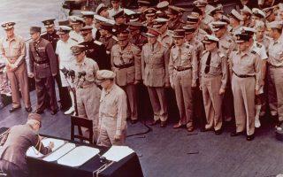 Έναν περίπου μήνα μετά τη ρίψη των δύο ατομικών βομβών στη Χιροσίμα και το Ναγκασάκι, η «Χώρα του Ανατέλλοντος Ηλίου» παραδίδεται και επίσημα στους Συμμάχους, σφραγίζοντας το οριστικό τέλος του Β' Παγκοσμίου Πολέμου, το 1945. Στη φωτογραφία διακρίνεται ο θρυλικός Αμερικανός στρατάρχης Ντάγκλας Μακάρθουρ, επικεφαλής των αμερικανικών δυνάμεων στον μέτωπο του Ειρηνικού, να γίνεται μάρτυρας της υπογραφής της ιαπωνικής παράδοσης, πάνω στο θωρηκτό «USS Missouri», στον Κόλπο του Τόκιο. ASSOCIATED PRESS