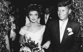 O γερουσιαστής των Δημοκρατικών της Μασαχουσέτης, Τζον Φιτζέραλντ Κένεντι, παντρεύεται τη Ζακλίν Λι Μπουβιέ σε έναν καθολικό ναό στο Νιούπορτ του Ρόουντ Άιλαντ, το 1953. ASSOCIATED PRESS