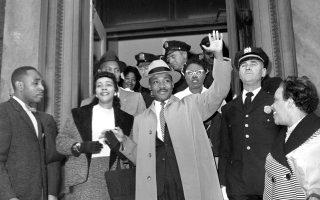 Δέκα χρόνια πριν από τη δολοφονία του στο Μέμφις του Τενεσί, ο Αμερικανός ιερέας των Βαπτιστών και αγωνιστής υπέρ των πολιτικών δικαιωμάτων των Αφροαμερικανών πέφτει για πρώτη φορά θύμα δολοφονικής επίθεσης, κατά τη διάρκεια της παρουσίασης του βιβλίου του, «Βήμα προς την Ελευθερία», στο Χάρλεμ της Νέας Υόρκης, το 1958. Εδώ, δύο εβδομάδες αργότερα, η νοσηλεία του λαμβάνει τέλος, με περίπου 500 άτομα να τον υποδέχονται κατά την έξοδο του από το νοσοκομείο. ASSOCIATED PRESS