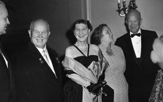 Ο Αμερικανός πρόεδρος Ντουάιτ Αϊζενχάουερ και η σύζυγος του, πρώτη κυρία Μάμι Τζενέβα Αϊζενχάουερ, ετοιμάζονται να δειπνήσουν με το ζεύγος Χρουστσόφ στην πρεσβεία της Σοβιετικής Ένωσης στην Ουάσιγκτον, στο πλαίσιο της επίσκεψης του Σοβιετικού ηγέτη Νικίτα Χρουστσόφ στις ΗΠΑ, το 1959. ASSOCIATED PRESS
