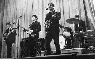 Οι «υπέροχοι τέσσερις» εικοσάρηδες Πολ Μακάρτνεϊ, Ρίνγκο Σταρ, Τζον Λένον και Τζορτζ Χάρισον, τη χρονιά του μεγάλου δισκογραφικού «μπαμ» τους (δύο στούντιο άλμπουμ και επτά σινγκλ), δίνουν συναυλία σε κάποιο λονδρέζικο κέντρο, το 1963. ASSOCIATED PRESS