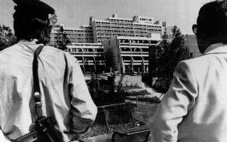 Κατά τη διάρκεια της δεύτερης βδομάδας διεξαγωγής τους, οι Θερινοί Ολυμπιακοί Αγώνες του 1972 βάφονται κόκκινοι, καθώς 11 αθλητές της ισραηλινής ολυμπιακής ομάδας θα σκοτωθούν στο πλαίσιο της ομηρίας τους στο Ολυμπιακό Χωριό από την αραβική τρομοκρατική οργάνωση «Μαύρος Σεπτέμβρης», στο Μόναχο το 1972. Εδώ, δύο αστυνομικοί στέκονται απέναντι από το κτίριο που βρίσκεται σε εξέλιξη η ομηρία, λίγο πριν διεξαχθεί η επιχείρηση απελευθέρωσης των ομήρων από τη γερμανική αστυνομία. ASSOCIATED PRESS