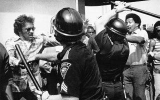 Μία πορεία οπαδών της λευκής υπεροχής και μελών της ρατσιστικής οργάνωσης Κου Κλουξ Κλαν συναντάει την οργανωμένη αντίδραση μίας οργανωμένης ομάδας Αφροαμερικανών, με αποτέλεσμα τη δημιουργία ενός πεδίου μάχης στους δρόμους της πόλης Μόμπαϊλ, στην Αλαμπάμα, το 1977. ASSOCIATED PRESS