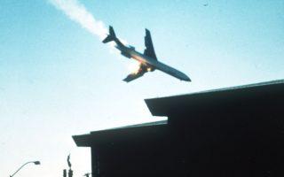Μετά από μία σύγκρουση με ένα μικρό ιδιωτικό αεροπλάνο και μία «φλεγόμενη» πτώση με ιλιγγιώδη ταχύτητα, το επιβατικό αεροσκάφος που διενεργούσε την πτήση 182 της Pacific Southwest Airlines (PSA), θα συντριβεί σε μία γειτονιά του Σαν Ντιέγκο της Καλιφόρνιας, με αποτέλεσμα να χάσουν τη ζωή τους και οι 135 επιβαίνοντες (128 επιβάτες και το επταμελές πλήρωμα), καθώς και επτά άτομα στο έδαφος, το 1978. ASSOCIATED PRESS