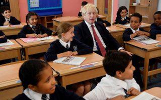 Ο Mπόρις Τζόνσον κατά τη διάρκεια σημερινής επίσκεψής του σε δημοτικό σχολείο στο Λονδίνο
