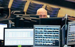 Υπάρχουν πλέον σαφείς ενδείξεις ότι αρχίζει να αποκαθίσταται η εμπιστοσύνη των χρηματοπιστωτικών αγορών στις προοπτικές της ελληνικής οικονομίας. Οι αποδόσεις των ελληνικών κρατικών ομολόγων έχουν σημειώσει ραγδαία πτώση και το ελληνικό Δημόσιο επέστρεψε πρόσφατα στις αγορές και δανείζεται πλέον με εξαιρετικά χαμηλά επιτόκια. REUTERS