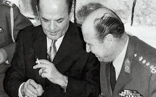 Γ. Παπαδόπουλος και Δ. Ιωαννίδης σε ανέφελες μέρες. Η ανάληψη της εξουσίας από τον δεύτερο οδήγησε στη σκλήσυνση του καθεστώτος. ΑΦΟΙ ΦΛΩΡΟΥ