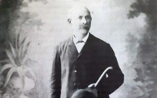 Την 14η Ιουλίου του 1910 στην Αθήνα, την πόλη όπου από νεαρός μόχθησε και εργάστηκε για όλη του τη ζωή, πεθαίνει ο Βασίλειος Έξαρχος, ένας σπουδαίος «κρίκος» στην «πολύτιμη» αλυσίδα των Ηπειρωτών ευεργετών.Από τις πλαγιές του Σμόλικα, αναζήτησε την τύχη του στην ελεύθερη Αθήνα, στη συνοικία Πινακωτά της άλλοτε Νεάπολης, δημιούργησε περιουσία, εκεί στην οδό Θεμιστοκλέους, και έδωσε το όνομα του στα Εξάρχεια.Ο Βασίλειος Έξαρχος, γεννήθηκε στην Σταρίτσιανη της Κόνιτσας, την σκοτεινή εποχή της Τουρκοκρατίας, ξενιτεύτηκε, όμως δεν ξέχασε ποτέ το χωριό του, το οποίο δια διαθήκης, έγινε κάτοχος στην περιουσία του και σήμερα είναι αυτοδύναμη οικονομικά τοπική κοινότητα. Κυριακή 29 Σεπτεμβρίου 2019. ΑΠΕ-ΜΠΕ/STR