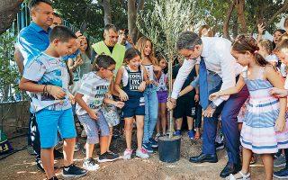 Ο Κυριάκος Μητσοτάκης φυτεύει ένα δέντρο μαζί με μαθητές στο 7ο Δημοτικό Σχολείο Γαλατσίου.