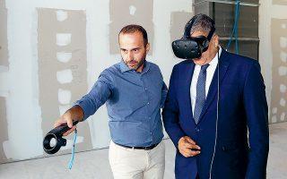 Ο Γιώργος Πατούλης φοράει μάσκα εικονικής πραγματικότητας (VR). Εντελώς περιττό.