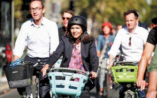 Η Αν Ινταλγκό περιηγήθηκε χθες τους νέους ποδηλατοδρόμους στο Παρίσι με μέλη του δημοτικού της συμβουλίου.