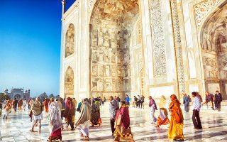Πλήθος επισκεπτών συρρέουν στο Ταζ Μαχάλ, για να δουν από κοντά το εντυπωσιακό μαυσωλείο της Μουμτάζ Μαχάλ. (Φωτογραφία: Getty Images/Ideal Image)