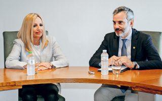 Εξαιρετική η λεπτότητα του νέου δημάρχου Θεσσαλονίκης! Γνωρίζοντας ότι στο ΠΑΣΟΚΙΝΑΛ σφάζονται για τα κληρονομικά, φρόντισε να έχει μπροστά της η πρόεδρος Φώφη ένα μπουκάλι νερό με πράσινο πώμα, ώστε να αποφευχθούν ανεπιθύμητες παρεξηγήσεις. Η πράξη του δείχνει άνθρωπο με ευαισθησία και τον συγχαίρω!..