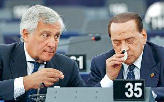 Δεν είναι συμπτωματική η παρουσία του Αντόνιο Ταγιάνι εδώ. Ως Ιταλός, ο πρόεδρος του Ευρωπαϊκού Κοινοβουλίου έχει κάθε λόγο να νιώθει περήφανος, ποζάροντας δίπλα στο κορυφαίο επίτευγμα της ιταλικής τεχνολογίας: τον τηλεκατευθυνόμενο Καβαλιέρε (Cavalliere Telecomandato). Η φωτογράφιση έγινε με την ευκαιρία της παρουσίασης του νέου, βελτιωμένου μοντέλου, εφοδιασμένου με περισσότερες δυνατότητες, όπως π.χ. να πουδράρεται μόνο του. Λέγεται ότι μπορεί επίσης να αναγνωρίζει το φύλο του διπλανού του και, εφόσον πρόκειται για γυναίκα, μπορεί να απλώνει το χέρι. Αλλά αυτό δεν έχει επιβεβαιωθεί, καθώς οι κατασκευαστές τηρούν άκρα μυστικότητα, ίσως για να διατηρείται ζωντανό το ενδιαφέρον της διεθνούς κοινότητας στο σπουδαίο έργο τους...