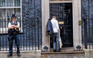 Προκλητικός, αγενής, επιθετικός, επιδεικτικά ατημέλητος και πάντα θυμωμένος. Αυτός είναι ο Ντόμινικ Κάμινγκς, ο πανίσχυρος σύμβουλος στρατηγικής του Μπόρις Τζόνσον και éminence grise της βρετανικής κυβέρνησης. Δίνει την εντύπωση λούζερ που κοιμήθηκε τη νύχτα στο πάτωμα του μπαρ όπου τα έπινε και πηγαίνει το πρωί στη δουλειά του κομμάτια. Είναι όμως το image που ο ίδιος καλλιεργεί με πολλή επιμέλεια.