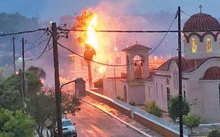 Κεραυνός προκάλεσε φωτιά σε φοίνικα στο Αργοστόλι.
