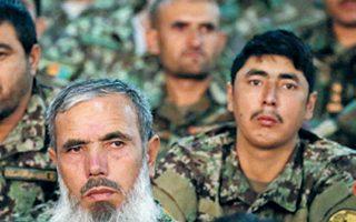 Αφγανοί στρατιωτικοί ακούν την ομιλία του προέδρου Ασράφ Γκάνι, στο πλαίσιο εκδήλωσης των ενόπλων δυνάμεων, στην Καμπούλ.