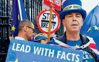 Ακτιβιστές κατά του Brexit διαδηλώνουν στο Λονδίνο, κατηγορώντας τον Μπόρις Τζόνσον για ψευδολογία και εξαπάτηση.