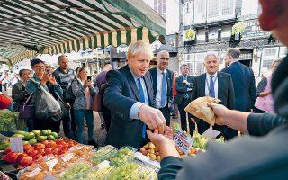 Ο Μπόρις Τζόνσον επισκέπτεται την αγορά του Ντονκάστερ, στη διάρκεια της χθεσινής περιοδείας του στη βόρεια Αγγλία. Ο ίδιος εμφανίζεται «συγκρατημένα αισιόδοξος» ενόψει της κρίσιμης Συνόδου Κορυφής της Ε.Ε.