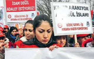 Διαδήλωση διαμαρτυρίας κατά των γυναικοκτονιών στην Τουρκία. Από το 2010, 2.600 γυναίκες έχουν φονευθεί από συζύγους ή συγγενείς.