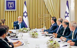 Ο Ισραηλινός πρόεδρος Ρέουβεν Ρίβλιν διαβουλεύεται με τους ηγέτες της Αραβικής Λίστας για τον σχηματισμό κυβέρνησης, μετά το αμφίρροπο αποτέλεσμα των βουλευτικών εκλογών της περασμένης εβδομάδας.